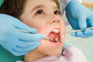 dentist checking the teeth of the child